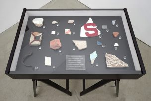 Rubble of Reconstruction, 2012 / 2013 Vitrine (56 x 85 x 9 cm), Achtzehn Scherben